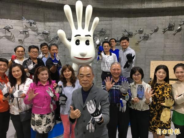 陳義益(前1)率領員工創立「手套博物館」。(記者顏宏駿攝)