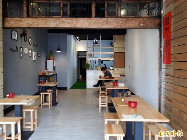 新竹市東南街的「粥坊」,店內裝潢也走時尚文青風。(記者洪美秀攝)