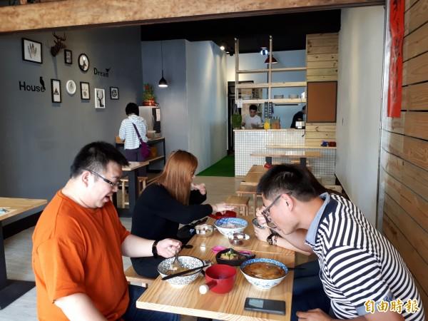 新竹市東南街的「粥坊」,店內裝潢也走時尚文青風,讓人吃粥也變成是種享受。(記者洪美秀攝)