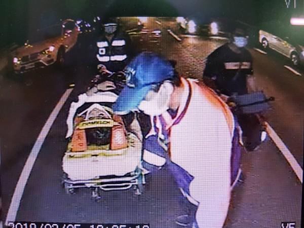 機車騎上中山高釀車禍,傷者緊急送醫。(民眾提供)