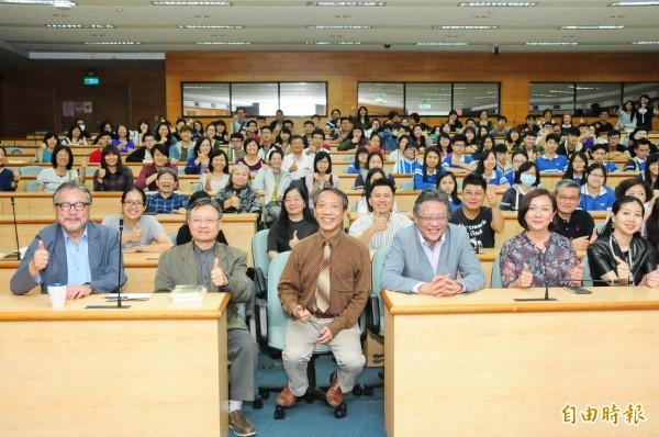 作家張大春(右三)於靜宜大學演講。(記者張軒哲攝)