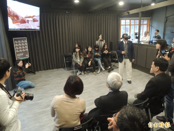交大校長張懋忠穿戴虛擬科技裝備玩遊戲,讓他感覺很新奇。(記者廖雪茹攝)