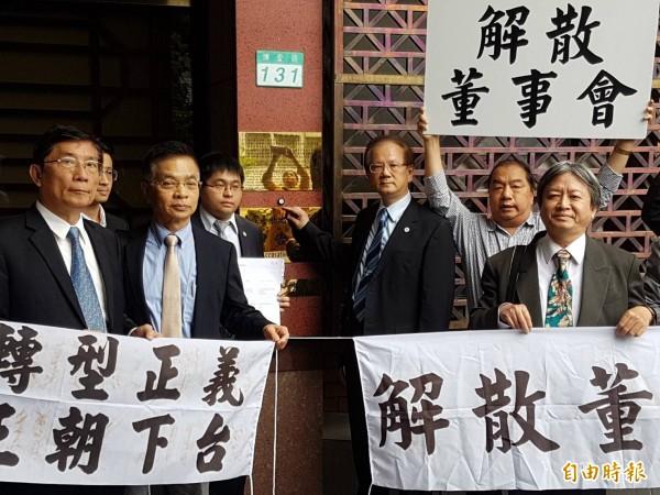 高醫大校長劉景寬(按鈴者)控告週刊加重誹謗。(記者謝君臨攝)