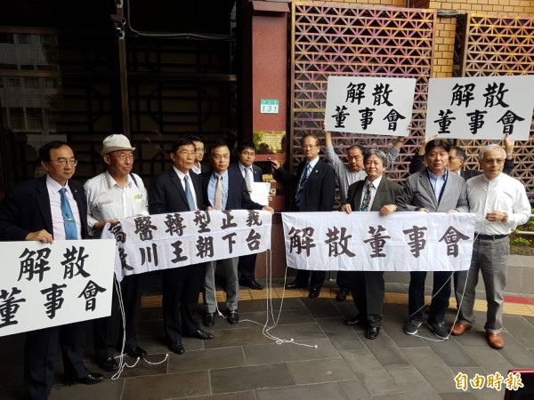 高醫大校長劉景寬(按鈴者)認為週刊指控不實。(記者謝君臨攝)