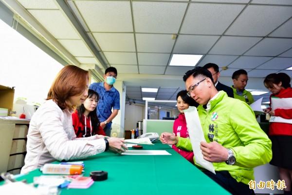 高市議員參選人林智鴻今前往黨部登記參選。 (記者陳文嬋翻攝)