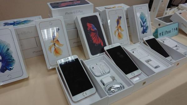警方查扣多隻仿冒iPhone。(記者陳薏云翻攝)