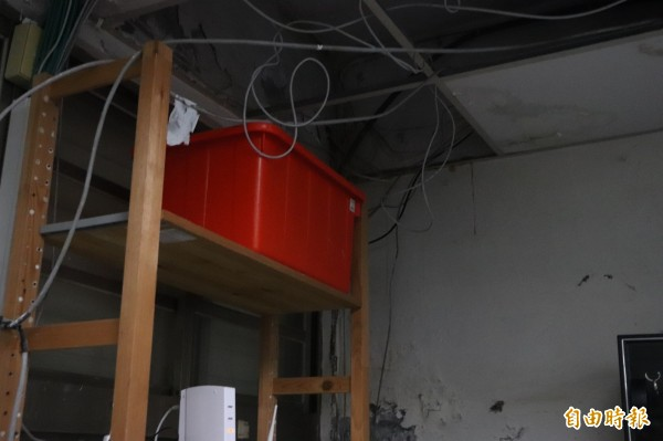 宜蘭縣頭城鎮縣立大里國小,因耐震係數不足,淪為危樓,辦公室與教室內下雨會漏水,學校師生需用水桶接水。(記者林敬倫攝)
