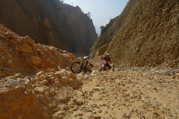 陳男將與同好進入火炎山自然保留區內馳騁的畫面影像,PO網分享。(記者彭健禮翻攝)
