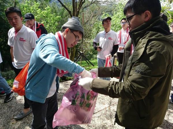 志工們與役男協力淨山,清出近二十袋垃圾。(新北市觀光旅遊局提供)