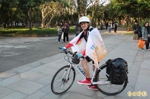日本網路媒體「MAG2 NEWS」旗下的TRiP EDiTOR寫手大石樹為了感謝台灣當年對日本的幫助,因此自發來台灣舉辦單車環島,向台灣民眾表達日本民眾的謝意。(記者鍾泓良攝)