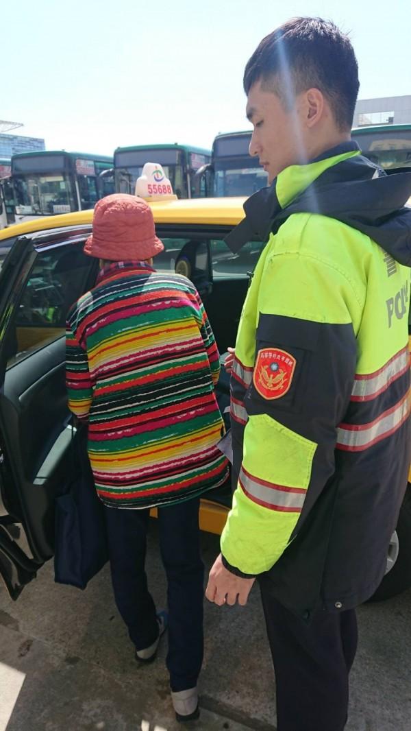 員警協助失智老婦搭乘計程車返家。(桃園市府龜山警分局大華派出所提供)