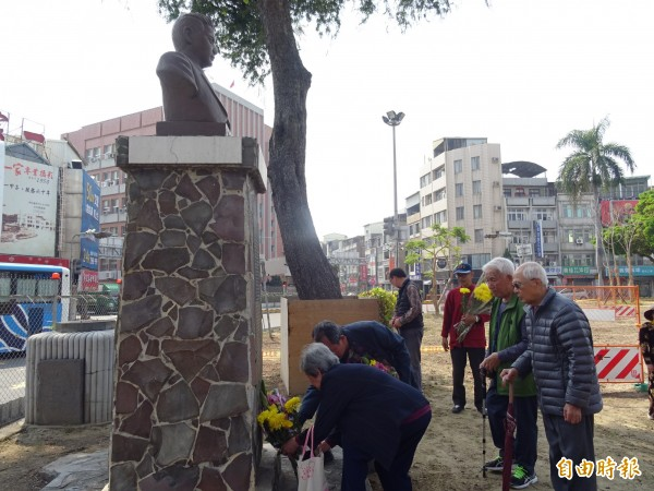 313正義與勇氣紀念日,台南市文資保護協會與湯德章家屬、民眾一同追思228受難者湯德章律師。(記者劉婉君攝)