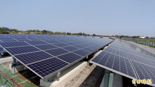 新屋區後庄掩埋場去年底種下綠能,年發電量達250萬度,可提供600個家庭年用電量。(記者李容萍攝)