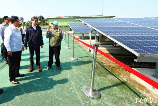 桃園市長鄭文燦(左)現勘新屋區後庄掩埋場設置太陽光電容量的運轉成果。(記者李容萍攝)