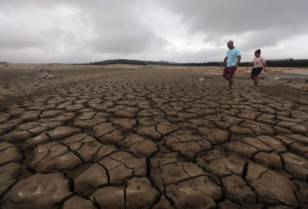 南非第二大城開普頓,連續三年飽受乾旱所苦,今天南非政府宣布,將乾旱列為國家災難,全力將資源運用於抗和救災。(路透)