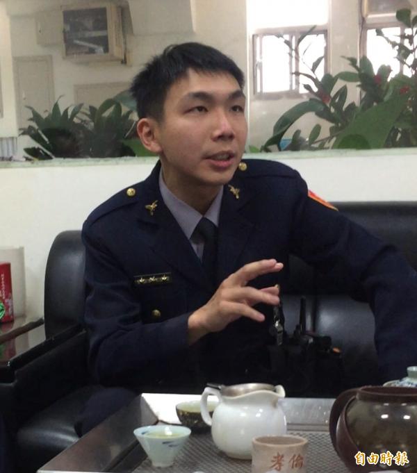 大同警分局延平派出所警員侯育仁,熱心協助潘父,並建議拿著盜領盜刷資料向香港警務處報案。(記者陳恩惠攝)