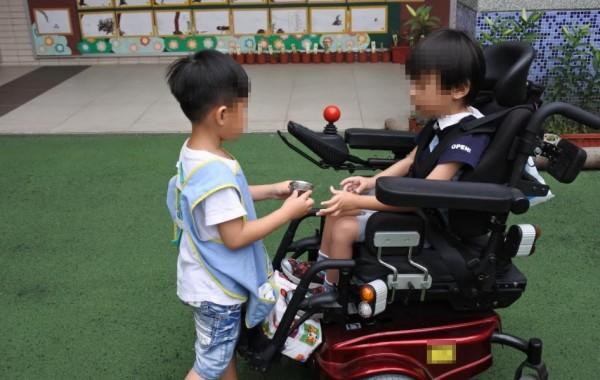 凱凱透過改造後的電動輪椅提升行動能力,也增進人際互動能力。(教育局提供)
