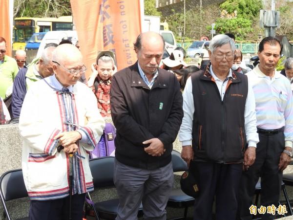 自由台灣黨主席蔡丁貴(左2)與眾人為當年犧牲戰死的二七部落青年軍默哀。(記者佟振國攝)