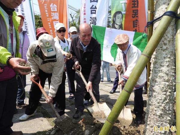 蔡丁貴等人烏牛欄戰役紀念碑兩側種下又名「勇士樹」的木棉樹,取名「自決建國」、「自由台灣」。(記者佟振國攝)