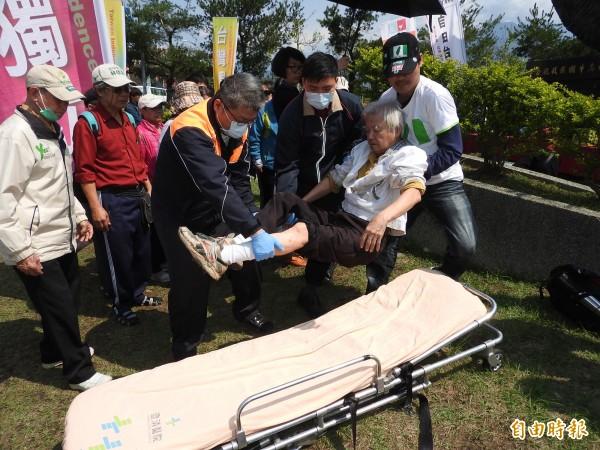 烏牛欄戰役追思紀念會過程中有民眾疑因天氣炎熱而體力不支昏倒送醫。 (記者佟振國攝)
