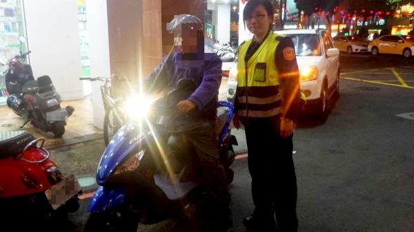 女警謝欣華(右)、蔣嘉麒,調閱劉男住家到購物地點沿途7組、近20天份的路口監視器畫面,大海撈針在苗栗市三角公園附近,找到劉男的機車。(圖由警方提供)
