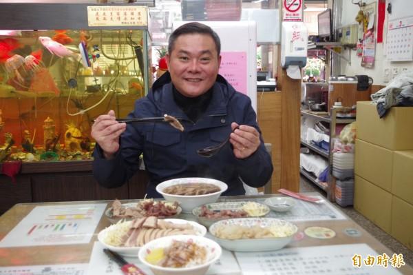 丁學忠說,王家麵線將整個鴨肉味、中藥材味全部融入在湯頭與麵中,可說人間美味。(記者林國賢攝)