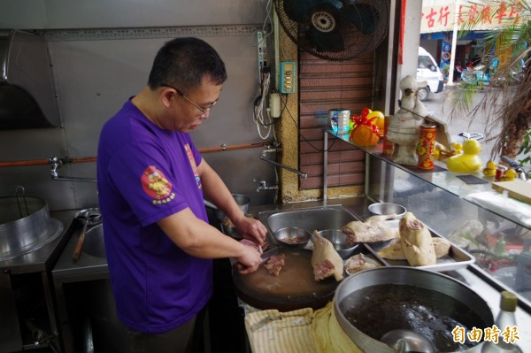 王振龍利落刀法被作家魚夫用庖丁解牛形容。(記者林國賢攝)