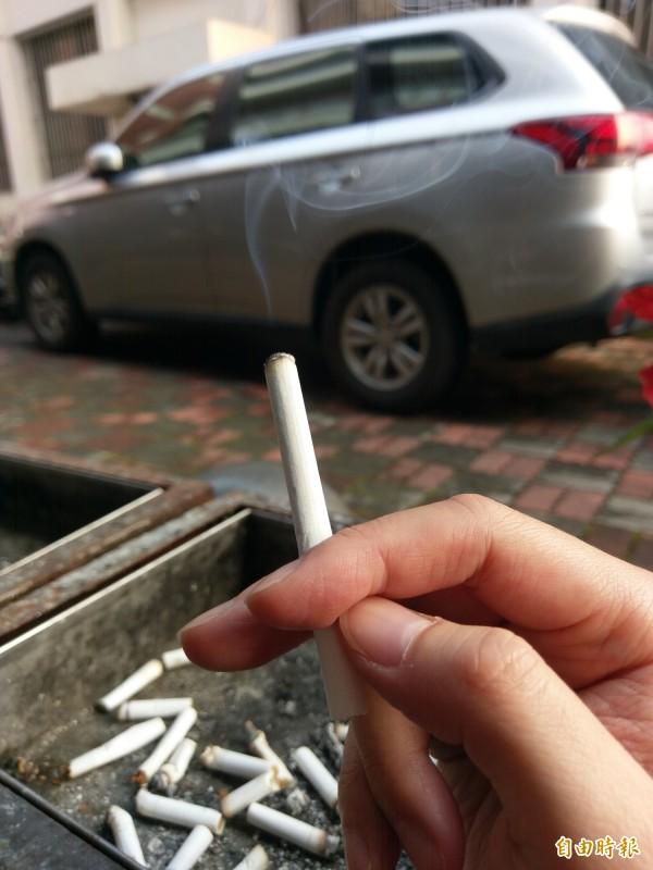 有20年菸齡的老菸槍戒菸,但卻出現胸悶,就醫後才知道是心肌梗塞作祟,與戒菸無關。示意圖。(記者劉濱銓攝)