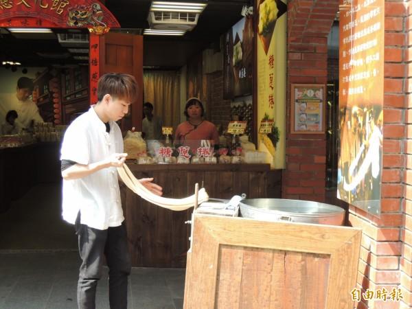 傳藝中心店家現場製作糖蔥。(資料照)