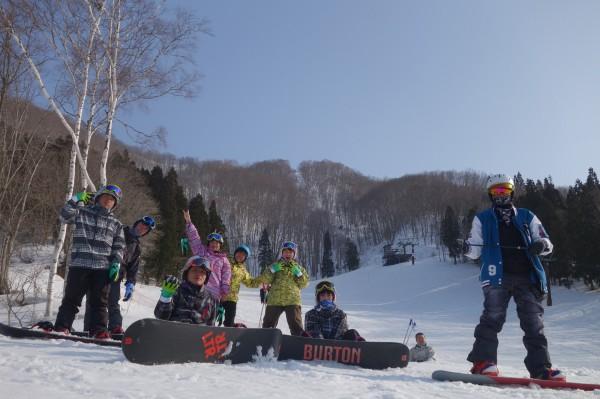 明新科大學生們說,天然雪場軟綿的雪況及起伏的地勢,讓他們在滑行時需要更多的控制、專注與體力。(明新科技提供)