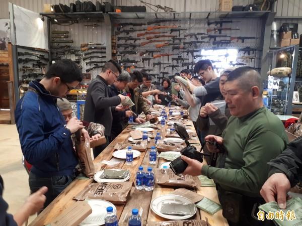 軍事迷在教練指導下,忙著加熱MRE,品嚐美味的軍用口糧。(記者謝武雄攝)