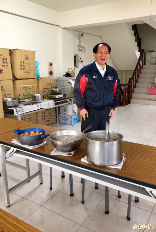 南投縣議員廖志城有一手好廚藝,做好料理後熱情地招呼大家來吃。(記者陳鳳麗攝)