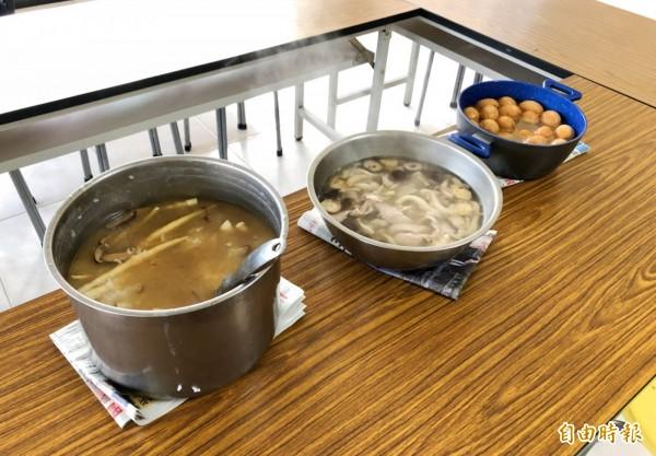 廖志城烹煮的筍仔粥和紹興滷蛋等料理。(記者陳鳳麗攝)