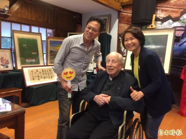 96歲畢耀遠(中)神父帶頭捐出100萬元,感動全場。(記者廖淑玲攝)