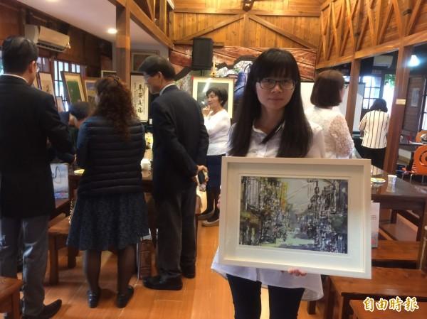 教美術的「螞蟻」老師也捐出作品愛心拍賣。(記者廖淑玲攝)