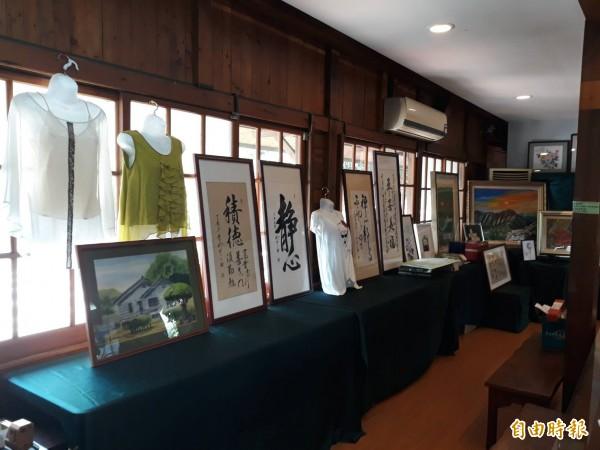 知名服裝設計師林國基捐出他所設計的衣服拍賣。(記者廖淑玲攝)