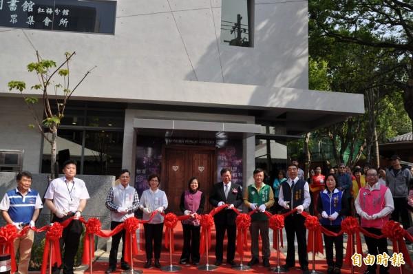 桃園市長鄭文燦(前排右五)主持市立圖書館紅梅分館與紅梅里市民活動中心啟用典禮。(記者周敏鴻攝)