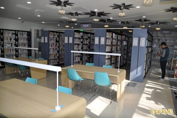 桃園市立圖書館紅梅分館的藏書有兩萬餘冊。(記者周敏鴻攝)