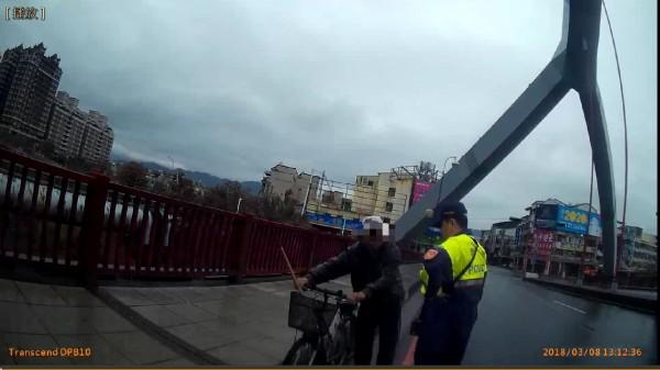 吳老在東門橋上遇警幫忙(記者楊政郡翻攝)