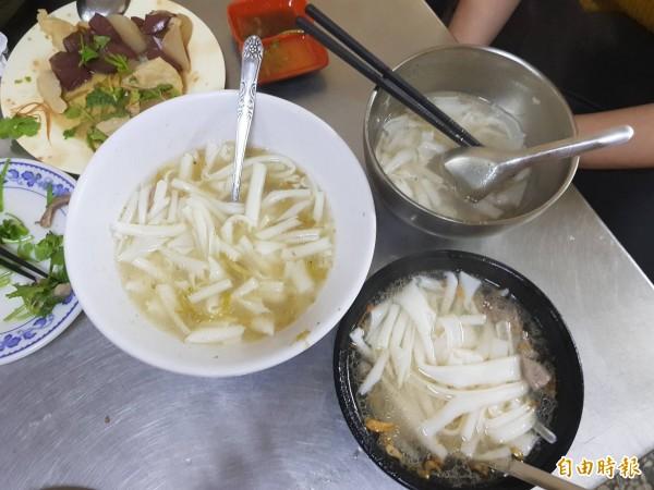 基隆市安一路巷頭粿仔湯營業超過60年,圖片中由右至左分別是小碗、中碗與大碗的粿仔湯。(記者俞肇福攝)