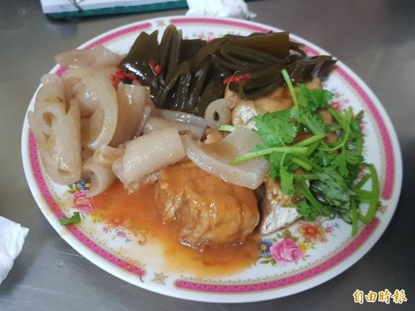 基隆市安一路巷頭粿仔湯營業超過60年,粿仔湯湯頭鮮美、粿仔條好吃不礙胃;圖中的小菜如海帶、豬皮、吉古拉各有支持者。(記者俞肇福攝)