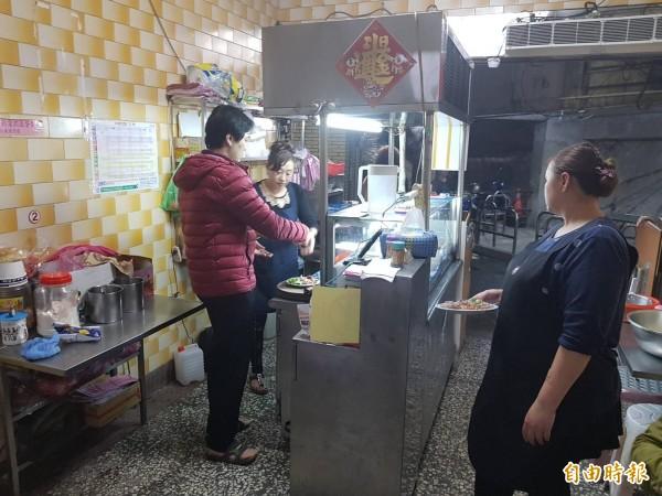 基隆市安一路巷頭粿仔湯營業超過60年,粿仔湯湯頭鮮美、粿仔條好吃不礙胃。(記者俞肇福攝)