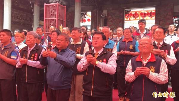 今天在南瑤宮舉行置天台儀式,彰化市長邱建富(前排右二)等人祈求庇佑進香平安圓滿。(記者湯世名攝)