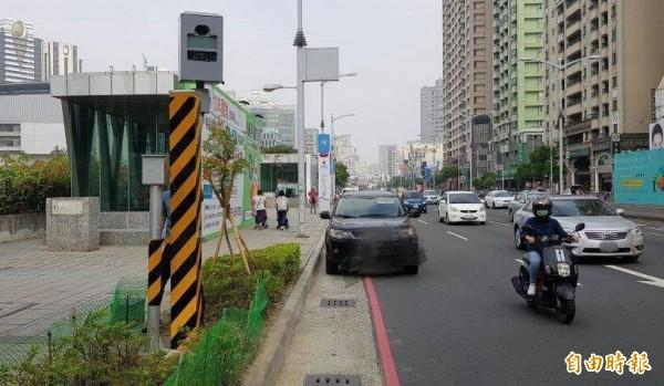 高雄市政府增設3支闖紅燈雷達照相器及測速照相桿,3月23日正式啟用、開罰。(記者黃良傑攝)