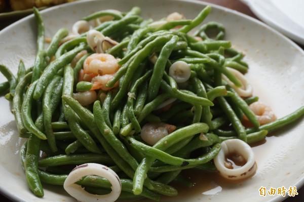 店裡賣的蔬菜很多都是林毅薰阿嬤自家種植,鮮嫰無毒。(記者歐素美攝)