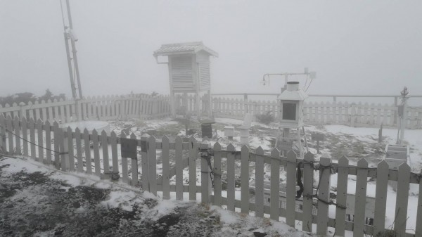 玉山北峰氣象站飄降瑞雪,惟山頂風勢強勁,未有明顯積雪。(中央氣象局提供)