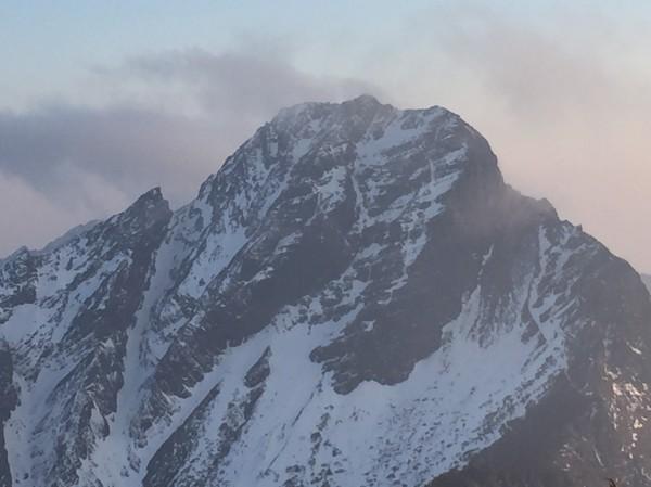玉山又飄雪,山頂可見皚皚白雪,玉管處加強勸導,沒有雪地裝備不能登頂。(玉管處提供)
