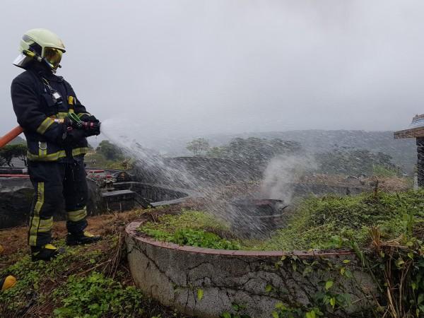 為因應清明節到來,消防人員實地操演墓地火警。(記者曾健銘翻攝)