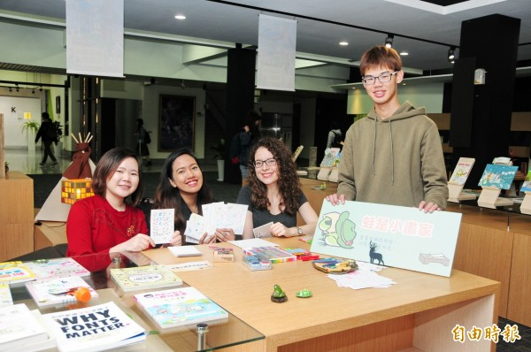 靜宜大學「蓋夏圖書館」首創「春日旅蛙閱讀趣」書展。(記者張軒哲攝)