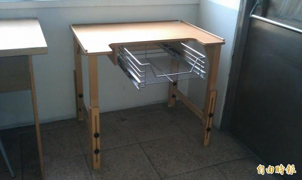 以往特殊考生承辦學校會提供身障生特殊桌子(記者蕭婷方攝)
